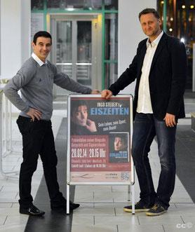 Autor Ingo Steuer und der Verleger Dirk Kohl vor dem Veranstaltungsplakat (Foto: Kai Schmidt)
