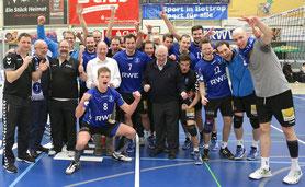 Die RWE Volleys mit OB Bernd Tischler und Ehrenspielführer Ernst Löchelt.