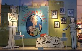 """Ein von Kirsten Reinhardt und Marie Geissler gestaltetes Schaufenster zum Kinderbuch """"Der Kaugummigraf"""" im Hugendubel/Karstadt am Herrmannplatz, Berlin."""