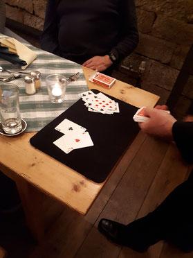 Kartenkunststück direkt am Tisch des Zuschauers