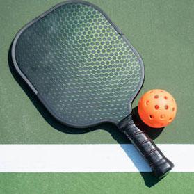 Racquette et balle de pickleball