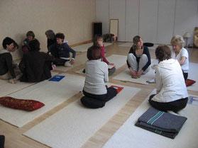 Yoga Teilnehmer im Gespräch