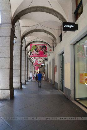 """""""Les portiques""""  rue de Boigne Chambéry Savoie"""