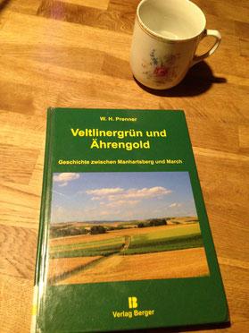 """Das Buch heißt """"Veltlinergrün und Ährengold"""" (schön, nicht?) und gibt im Untertitel einen Vorgeschmack auf die Geschichte zwischen Manhartsberg und March. Der Autor ist W. H. Prenner."""