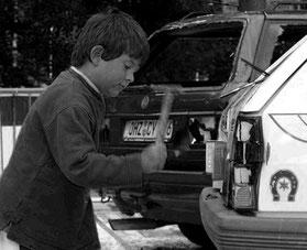 Auto zertrümmern, Jung und Alt, kaputt schlagen