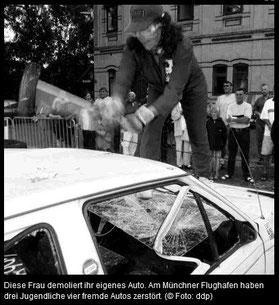 Frau zerstört Auto mit Vorschlaghammer