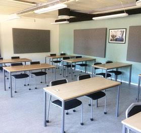 教室の椅子とサイレントソックス