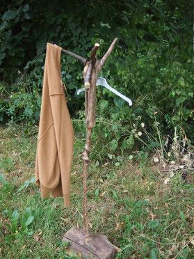 porte-manteau sur pied en bois flotté