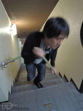 杖ついてMECCAの階段を登る師