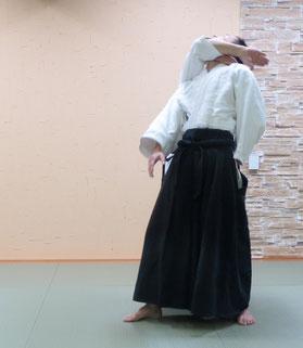 ④送り足で右相半身外入り身、右足先は受けの左軸足に向く。