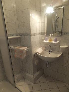 Bad mit Dusche, WC, Fön