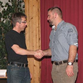 André Burkhard befördert Silvan Schenk (rechts) zum Leutnant