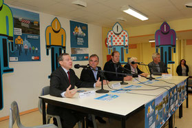 Bernard Hinault et Christian Prudhomme devant les collégiens