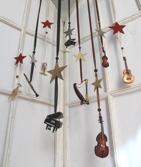 Holz- und Metallminiaturen als kleines Deko Orchester