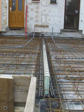 Wasserundurchlässige Schallendkopplung der Gebäudehälften