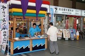 長崎駅での長崎総文祭の案内所。青いTシャツの案内係がおもてなし!