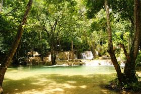 Um solche wunderschöne Wasserfälle in Laos sehen zu können, bedarf es einer längeren Fahrt über den Mekong.