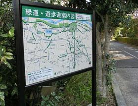 ●この付近には緑道がいくつかあり、交差しているので迷わないように注意。郷土の森へは、まっすぐに南下します