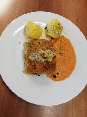 Die Laibchen, serviert mit tomatisierter Sauce und Butterkartoffeln
