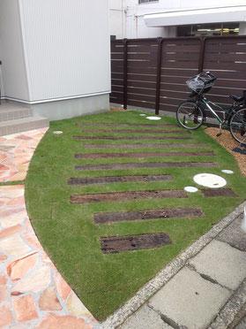 古枕木と芝生の組合せ