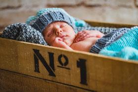 Babyfoto eingemümmelt in kuschelige Decke