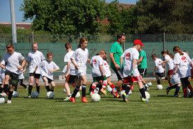 Kindergeburtstag feiern in Frankfurt Oberursel Hofheim Soccerhalle Fussballgeburtstag Trainingspaket Sandra Minnert Fussball