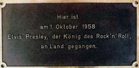 Elvis-Bronze-Tafel befindet sich an der Columbus-Kaje vor dem Kreuzfahrt-Terminal Bremerhaven bei Meter 700.