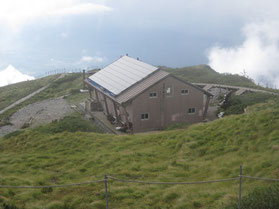 大山頂上避難小屋    ※弥山山頂より