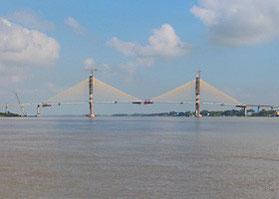 フェリー乗り場から見える、日本の協力を得て建設されている「ネアックルン橋(日本名:つばさ橋)」 ※2015年4月開通
