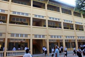 三階建てのかなり近代的な校舎