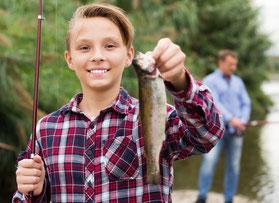 Fische fangen mit dem Sohn