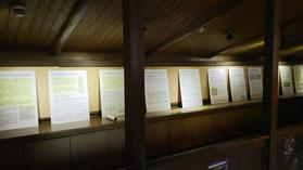 写真3.2階和室側から見た展示室。