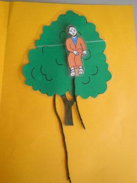 Bastelarbeit: Zachäus klettert den Baum hoch.