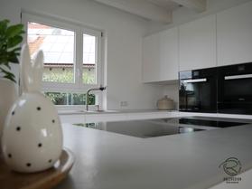 Design Küche mit flächenbündigem Kochfeldabzug von Bora Proffesional 2 u. Miele Backofen, Dampfbackofen u. Warmhalteschublade