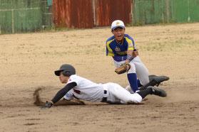 5回、相手三塁手のタッチをかわして滑り込む浦野