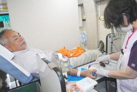 移動献血に協力する市民=1日午前、市役所前の献血バス内