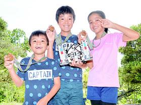 全国大会で特別賞を受賞した(左から)浦添昴君、一君、喜納さん=23日、白保小学校