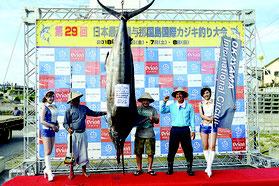 初日トップ234㌔のクロカワカジキを釣り上げた上間さん(左から2人目)