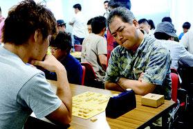 県予選決勝戦で熱戦を展開する石垣五段(提供写真)