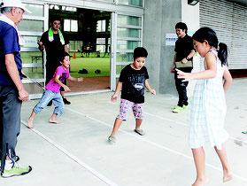反復横とびにチャレンジする子どもたち=10日午後、運動公園屋内練習場
