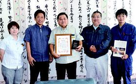 中山市長に受賞報告を行った伊盛氏(中央)=16日、石垣市役所