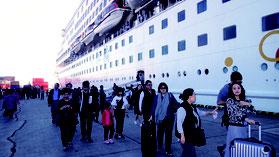 スーパースターアクエリアス号から下船する台湾人観光客=30日午前、石垣港F岸壁