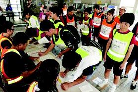 避難者登録を行う防災訓練参加者=3日午後、市総合体育館