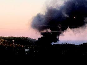 米軍ヘリとみられる機体から上がる炎と黒煙=11日午後6時ごろ、東村(依田啓示さん提供)