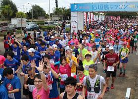 石垣島マラソンで4395人が出走し、石垣島の初ランを楽しんだ=28日、石垣市中央運動公園ゲート