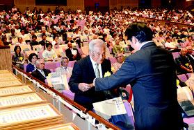 市制施行70周年式典が開かれ、約900人が参加した=10日、石垣市民会館大ホール
