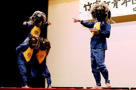 小浜青年会は結願祭で数年に一度演じられている「ダートゥーダー」を披露した=15日午後、西表島中野わいわいホール