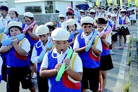 パレードの先頭で演奏する石垣小学校鼓笛隊=12日、市内