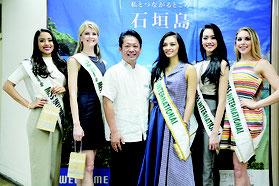 2016年ミスインターナショナル1位から5位までの代表が石垣島を訪れ、中山市長と面会した=5日夕、石垣市役所