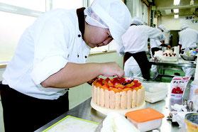 完成度の高いケーキに仕上げた前津さん=21日、八重山農林高等学校